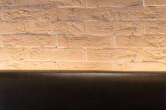 Πορτοκαλής μαύρος καναπές τουβλότοιχος και δέρματος για την ταπετσαρία επιφάνεια, σύσταση Στοκ φωτογραφίες με δικαίωμα ελεύθερης χρήσης