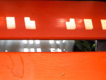 Πορτοκαλής ξύλινος πίνακας με το τετραγωνικό υπόβαθρο σκιών σκιάς φωτός του ήλιου Στοκ φωτογραφία με δικαίωμα ελεύθερης χρήσης