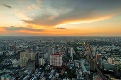Πορτοκαλής ουρανός ηλιοβασιλέματος πέρα από μια μεγάλη μητρόπολη στην Ασία στοκ εικόνες
