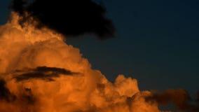Πορτοκαλής ουρανός ηλιοβασιλέματος σύννεφων φιλμ μικρού μήκους