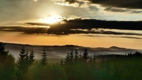 πορτοκαλής ουρανός πανοράματος βουνών φίλτρων Λήφθείτε το καλοκαίρι από την κλίση πέρα από το πέρασμα Πολωνία Okraj στοκ εικόνες με δικαίωμα ελεύθερης χρήσης