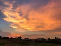 Πορτοκαλής ουρανός στο βράδυ στην Ταϊλάνδη Στοκ Φωτογραφίες