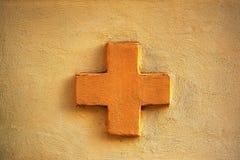 Πορτοκαλής σταυρός σε έναν τοίχο Στοκ Φωτογραφία
