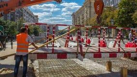 Πορτοκαλής τηλεσκοπικός κινητός γερανός κατασκευής που κινεί τη μικρή για τους πεζούς γέφυρα timelapse απόθεμα βίντεο