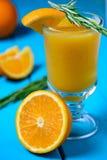 Πορτοκαλής φρέσκος χυμός με τα χορτάρια στοκ φωτογραφία με δικαίωμα ελεύθερης χρήσης