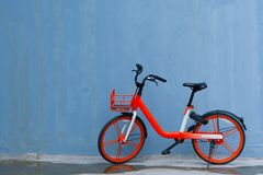 Πορτοκαλής χώρος στάθμευσης ποδηλάτων ενάντια στον μπλε τοίχο Στοκ φωτογραφία με δικαίωμα ελεύθερης χρήσης