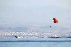 Πορτοκαλί ανεμόπτερο με ένα εύθυμο σχέδιο που κρεμά πέρα από μια βάρκα στοκ εικόνες με δικαίωμα ελεύθερης χρήσης