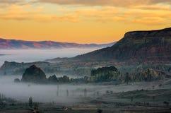 Πορτοκαλί ηλιοβασίλεμα και μυστική ομίχλη πέρα από το Cappadocia, Τουρκία Στοκ Φωτογραφίες
