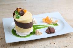 Πορτοκαλί κέικ με τα μπισκότα Κέικ με το λούστρο σοκολάτας και πορτοκάλι στο ξύλινο υπόβαθρο Στοκ εικόνες με δικαίωμα ελεύθερης χρήσης