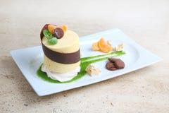 Πορτοκαλί κέικ με τα μπισκότα Κέικ με το λούστρο σοκολάτας και πορτοκάλι στο ξύλινο υπόβαθρο Στοκ Φωτογραφίες