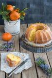 Πορτοκαλί κέικ στο ξύλινο υπόβαθρο Στοκ εικόνα με δικαίωμα ελεύθερης χρήσης