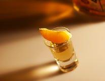 πορτοκαλί καλυμμένο tequila μπουκαλιών Στοκ Φωτογραφίες
