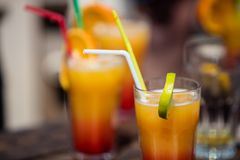 Πορτοκαλί κοκτέιλ daiquiri οινοπνεύματος στο φραγμό παραλιών Στοκ φωτογραφίες με δικαίωμα ελεύθερης χρήσης