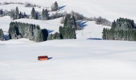 Πορτοκαλί κτήριο σιταποθηκών στο άσπρο τοπίο χιονιού Εναέρια άποψη της αγροτικής επαρχίας τη χιονώδη χειμερινή ημέρα Weitnau, All Στοκ φωτογραφίες με δικαίωμα ελεύθερης χρήσης