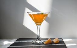 Πορτοκαλί ποτό με τα πράσινα φύλλα σε ένα γυαλί στοκ φωτογραφία