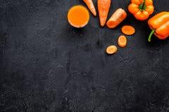 Πορτοκαλί ποτό detox με το paprica και καρότο στη μαύρη τοπ άποψη υποβάθρου copyspace Στοκ φωτογραφία με δικαίωμα ελεύθερης χρήσης