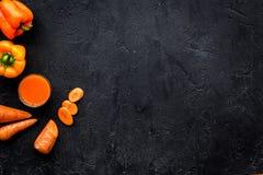 Πορτοκαλί ποτό detox με το paprica και καρότο στη μαύρη τοπ άποψη υποβάθρου copyspace Στοκ εικόνα με δικαίωμα ελεύθερης χρήσης