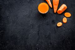 Πορτοκαλί ποτό detox με το paprica και καρότο στη μαύρη τοπ άποψη υποβάθρου copyspace Στοκ φωτογραφίες με δικαίωμα ελεύθερης χρήσης