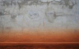 Πορτοκαλί χώμα στο βρώμικο παλαιό σκυρόδεμα για το υπόβαθρο Στοκ Εικόνες