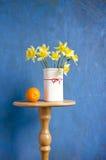 πορτοκαλί vase ναρκίσσων καρπού ανθοδεσμών Στοκ Εικόνες