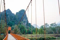 Πορτοκαλιά γέφυρα πέρα από τον ποταμό τραγουδιού σε Vang Vieng, Λάος Στοκ εικόνα με δικαίωμα ελεύθερης χρήσης