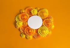 Πορτοκαλιά γιρλάντα του εγγράφου για ένα κόμμα αποκριών Γιορτή γενεθλίων παιδιών ` s Στοκ εικόνες με δικαίωμα ελεύθερης χρήσης