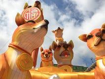 Πορτοκαλιά εγκατάσταση τέχνης σκυλιών χρώματος για το κινεζικό νέο έτος 2018 Στοκ Εικόνες