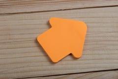 Πορτοκαλιά κενή αυτοκόλλητη ετικέττα έννοιας επιχειρήσεων, μέλλοντος και κινήτρου με μορφή ενός βέλους στο ξύλινο υπόβαθρο στοκ φωτογραφίες με δικαίωμα ελεύθερης χρήσης