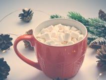 Πορτοκαλιά κούπα με την καυτή σοκολάτα με λειωμένο marshmallow r r στοκ εικόνες