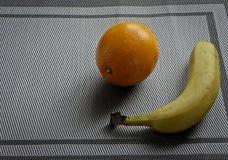 Πορτοκαλιά μπανάνα, τροπικά φρούτα στον πίνακα στοκ εικόνες