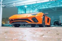 Πορτοκαλιά νύχτα Aventador Lamborghini στη θέση στάθμευσης πόλεων οδών πετώντας εστιατόριο Ρωσία Άγιος Paul Peter Πετρούπολη φρου Στοκ εικόνες με δικαίωμα ελεύθερης χρήσης
