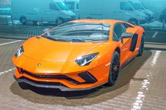 Πορτοκαλιά νύχτα Aventador Lamborghini στη θέση στάθμευσης πόλεων οδών πετώντας εστιατόριο Ρωσία Άγιος Paul Peter Πετρούπολη φρου Στοκ φωτογραφίες με δικαίωμα ελεύθερης χρήσης