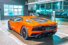 Πορτοκαλιά νύχτα Aventador Lamborghini στη θέση στάθμευσης πόλεων οδών πετώντας εστιατόριο Ρωσία Άγιος Paul Peter Πετρούπολη φρου Στοκ φωτογραφία με δικαίωμα ελεύθερης χρήσης
