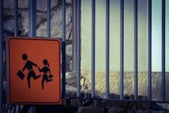 Πορτοκαλιά παιδιά σχολείου που διασχίζουν το σημάδι Στοκ εικόνα με δικαίωμα ελεύθερης χρήσης