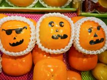 Πορτοκαλιά πρόσωπα στην αγορά στοκ εικόνα