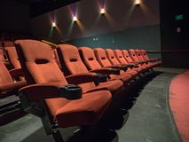 Πορτοκαλιά πρώτη γραμμή καθισμάτων κινηματογραφικών αιθουσών παλιού σχολείου Στοκ Εικόνες
