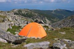 Πορτοκαλιά σκηνή στο λόφο κάτω από τα βουνά στοκ φωτογραφία με δικαίωμα ελεύθερης χρήσης