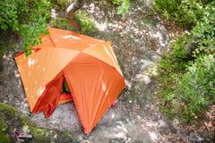 Πορτοκαλιά σκηνή τουριστών στο δάσος Στοκ Εικόνες