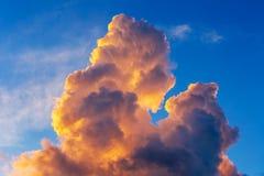 Πορτοκαλιά σύννεφα σωρειτών στην ανατολή με το μπλε ουρανό στοκ φωτογραφία