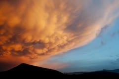 Πορτοκαλιά σύννεφα mammatus στο ηλιοβασίλεμα Στοκ Εικόνα