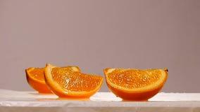 Πορτοκαλιά ταλάντευση φρούτων φετών σε αργή κίνηση φιλμ μικρού μήκους