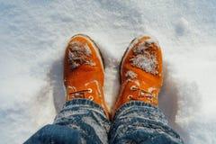 Πορτοκαλιά χειμερινά παπούτσια στο χιόνι στοκ φωτογραφίες με δικαίωμα ελεύθερης χρήσης