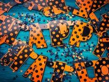 Πορτοκαλιές επιστολές που συλλαβίζουν ευτυχείς αποκριές Στοκ φωτογραφία με δικαίωμα ελεύθερης χρήσης