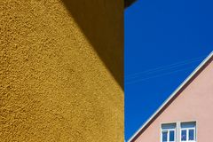 πορτοκαλιές ιστορικές προσόψεις σπιτιών στο μπλε ουρανό στοκ φωτογραφία