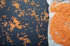 Πορτοκαλιές φακές δημητριακών σε ένα γραπτό υπόβαθρο Χορτοφάγα τρόφιμα, διατροφή στοκ φωτογραφία