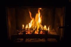 Πορτοκαλιές φλόγες της πυρκαγιάς στην εστία στοκ εικόνες