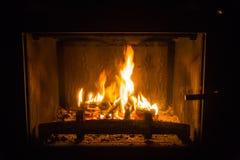 Πορτοκαλιές φλόγες της πυρκαγιάς στην εστία στοκ εικόνες με δικαίωμα ελεύθερης χρήσης