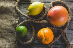 Πορτοκαλιοί γκρέιπφρουτ και ασβέστης λεμονιών εσπεριδοειδούς στο παλαιό ξύλινο υπόβαθρο Στοκ φωτογραφία με δικαίωμα ελεύθερης χρήσης