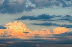 Πορτοκαλιοί και μπλε σωρείτης και spindrift σύννεφα, που τονίζονται από Στοκ εικόνες με δικαίωμα ελεύθερης χρήσης