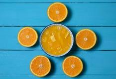 Πορτοκαλιοί κύκλοι και φλυτζάνι του χυμού από πορτοκάλι στοκ εικόνες